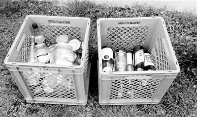 各类没有退押金的瓶子按无色和有色分装筐内