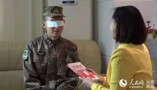 杜富国与播音员练习发声。图片来源:人民网云南频道