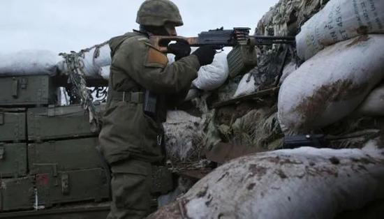 乌克兰国家通讯社当地时间3月26日报道,当天乌东部民间武装在乌东部顿巴斯地区对乌政府军阵地发动多起炮击,致4名乌军士兵死亡,2名士兵受伤(图源:央视新闻)
