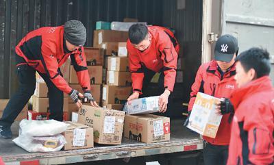 快递员们在分拣包裹。  翁奇羽摄(人民视觉)