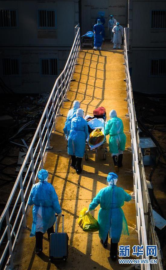 医护人员走向武汉火神山医院病房(2月4日摄)。 新华社记者 肖艺九 摄