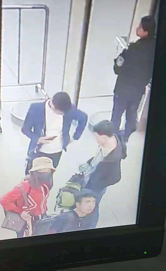 监控表现,幼雪(图中红色上衣者)曾在银川火车站展现,众名男性陪同。