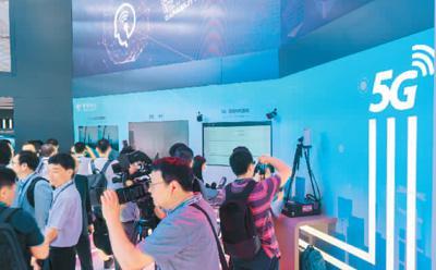 6月27日,在2018世界移动大会上,各商家将5G技术作为重点展示方向,智能机器人、VR虚拟现实、无人驾驶车辆等新科技产品纷纷亮相。王 冈摄(人民视觉)