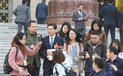 3月3日下午,全国政协委员百度公司创始人李彦宏在人民大会堂前接受科技日报记者采访。 本报记者 周维海摄