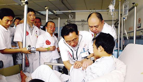 ·钟南山为患者听诊(资料图片)