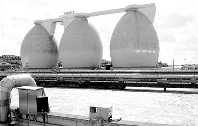 污水在这三个巨型椭圆塔中生成沼气,供给焚烧垃圾做燃气