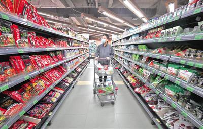 3月22日,武汉国际广场武商超级生活馆内一位顾客在购买生活用品。光明日报武汉一线报道组记者 季春红摄/光明图片