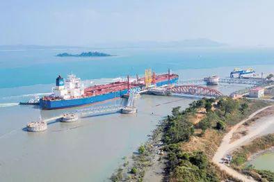 一艘油轮停靠在缅甸皎漂马德岛中缅油气管道项目卸油码头,准备卸载石油