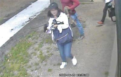 公交监控摄像头记录的章莹颖遭绑架前的影像。资料图片/视觉中国