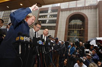 纽约市市长比尔·德布拉西奥(左)、消防局局长丹尼尔·尼格罗(左二)和警察局局长詹姆斯·奥尼尔(左三)召开新闻发布会 图源:美联社