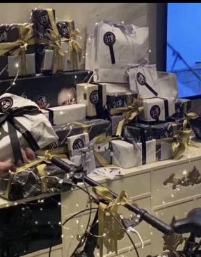网爆会所员工收到生日礼物的现场照片