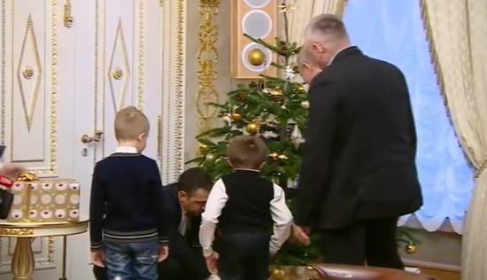 普京让男孩挑选礼物。