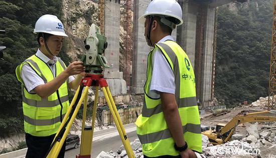 白芝勇(左一)帶著徒弟進行測量外業觀測練習 央視網記者 弟辰晨/攝