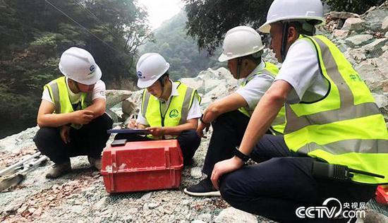 白芝勇(左二)現場指導青年技術人員 央視網記者 弟辰晨/攝