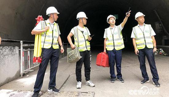 白芝勇(右二)在秦嶺天臺山特長隧道附近和技術人員交流 央視網記者 弟辰晨/攝
