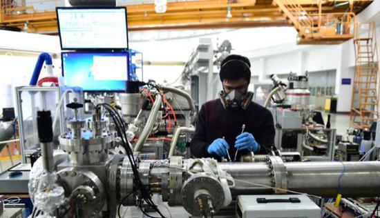 科研人员在位于合肥的国家同步辐射实 验室进行实验操作 刘军喜/摄