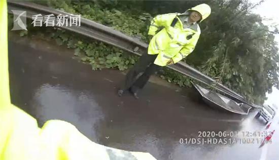 """危险!雨天高速公路上""""飞""""来一艘船..."""