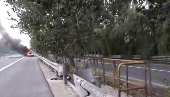 北京南六环私家车猛烈燃烧只剩铁架 只因没做这件事