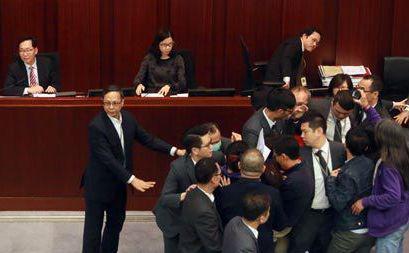 2018年12月5日,香港反对派议员滋事导致特首答问会取消,此次事件系林郑任内第一次发生(来源:大公报)