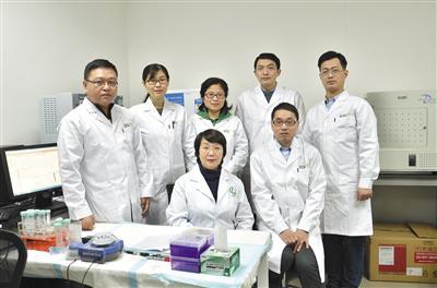 中科院上海药物所耿美玉(前排左一)团队与绿谷制药研究院的科研人员合影。中科院上海药物所供图