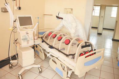 3月30日,由中资民营企业出资援建的津巴布韦新冠肺炎定点诊疗医院―威尔金斯医院升级改造项目竣工交付。图为4月9日,一名当地医生在威尔金斯医院病房工作。新华社发