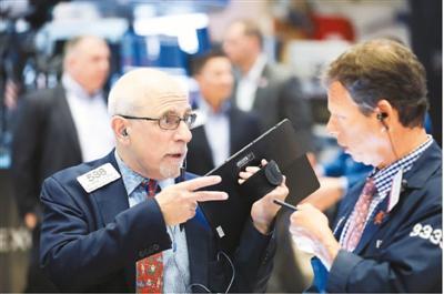近来,受美国拟对华加税等消息影响,美国股市连续走低。有分析称,从7月31日晚间至8月6日凌晨,美股市值蒸发约合人民币17万亿元。图为交易员在美国纽约证券交易所工作。新华社记者 王 迎摄