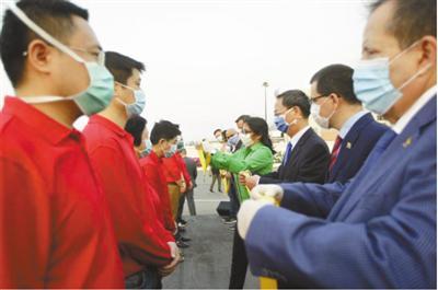 4月11日,中国援委抗疫医疗专家组回国之际,委内瑞拉政府在机场向专家组全体成员授予勋章,表彰他们为委疫情防控所作贡献。中国驻委内瑞拉大使馆供图