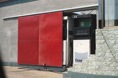 8月29日,定州寨西店村,一个违规加油站藏在一处民宅内,外面有一个推拉门加以掩饰。