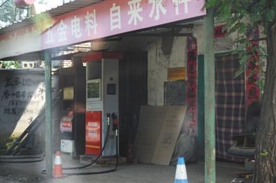 8月29日,定州孔庄子村内暗藏着一个违规加油站,该加油站和五金店开在一起,不时有车辆来加油。其92号汽油标价5.48元/升,但当日中石化92号汽油标价为7.39元/升。 A12-A13版摄影/新京报记者 吴江