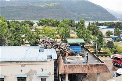 吊车落在浑水厂房顶,还砸出两个大洞。