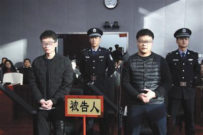 昨日,被告人周豪与陈浩出庭受审。法院供图