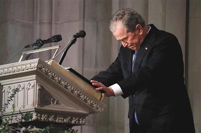 幼布什在葬礼致辞时一度哽咽。图/视觉中国