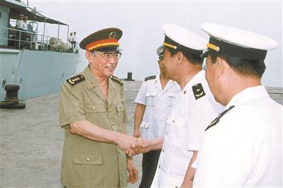 1999年5月26日,王瑞林同志到南海舰队某基地调研。 尚培彬 摄
