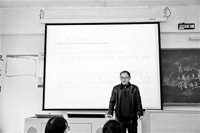 李明勇站在讲台上为学生上课