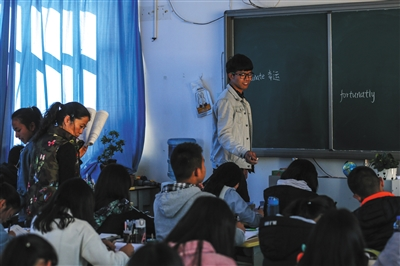 12月20日,禄劝一中,刘海洋被抽到上台听写单词。他之前在直播班成绩垫底,现在在普通班排名前十。他说自己压力没那么大了。