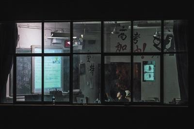 """2018年12月18日,禄劝一中,晚自习结束后,同学们陆续离开教室,高三文科培优班的耿加寿还在""""加班""""学习成都七中的远程课程。"""