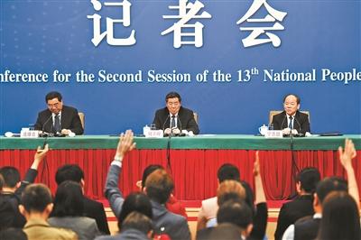 昨天上午,国家发改委主任何立峰(中),副主任宁吉喆(右)、连维良(左)出席记者会 摄影/本报记者 魏彤