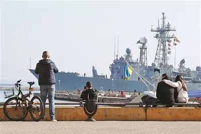 4月1日,在乌克兰敖德萨,人们在岸边观看西班牙军舰。 (资料图,来源:新华社)