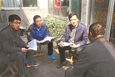<p>图</p>为山东省新泰市纪委监委调查组进村入户,对赵文福家族详细背景进行摸排。和晓玮 摄