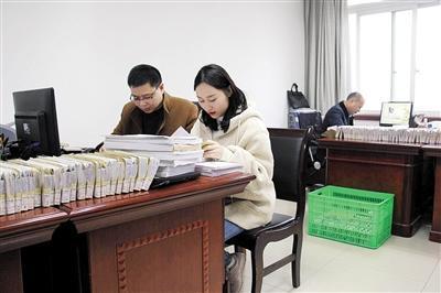 垫江县纪委监委工作人员开展日常监督检查工作。