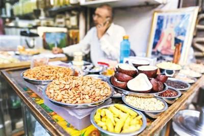 自6月16日起,印度政府对包括杏仁、核桃在内的29种美国商品征收额外关税。图为印度一家坚果店。(资料图片)
