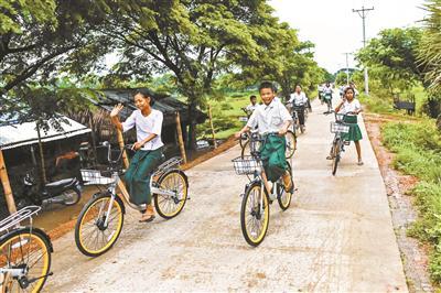 缅甸一所乡村学校的学生骑着改造后的共享单车上下学 供图/视觉中国