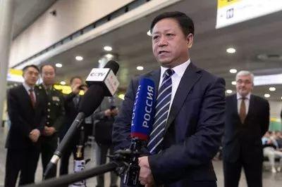 张汉晖在机场向中俄主流媒体代表发表简短讲话