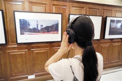 观众体验《聆听重大》。 上游新闻记者 刘力 摄