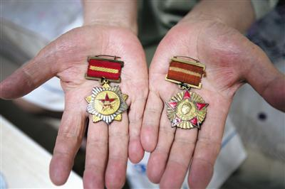 王登旺展示当兵时得的奖章。