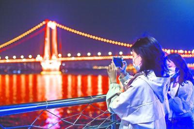 武汉两江游船复航 医护人员畅游长江赞叹 更美了