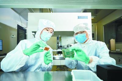 冯骅(右)与博士后李红(左)在进行实验