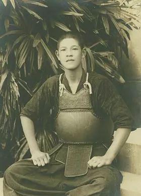 年轻时学习剑道的李登辉,一副日本人模样。
