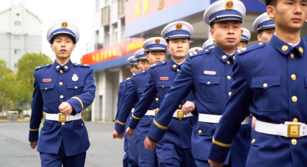 △张佳港和队员们在训练(左一为张佳港)