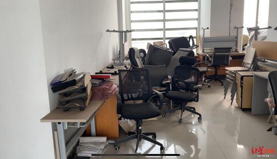 金华集团公司办公室5楼大厅堆放杂物
